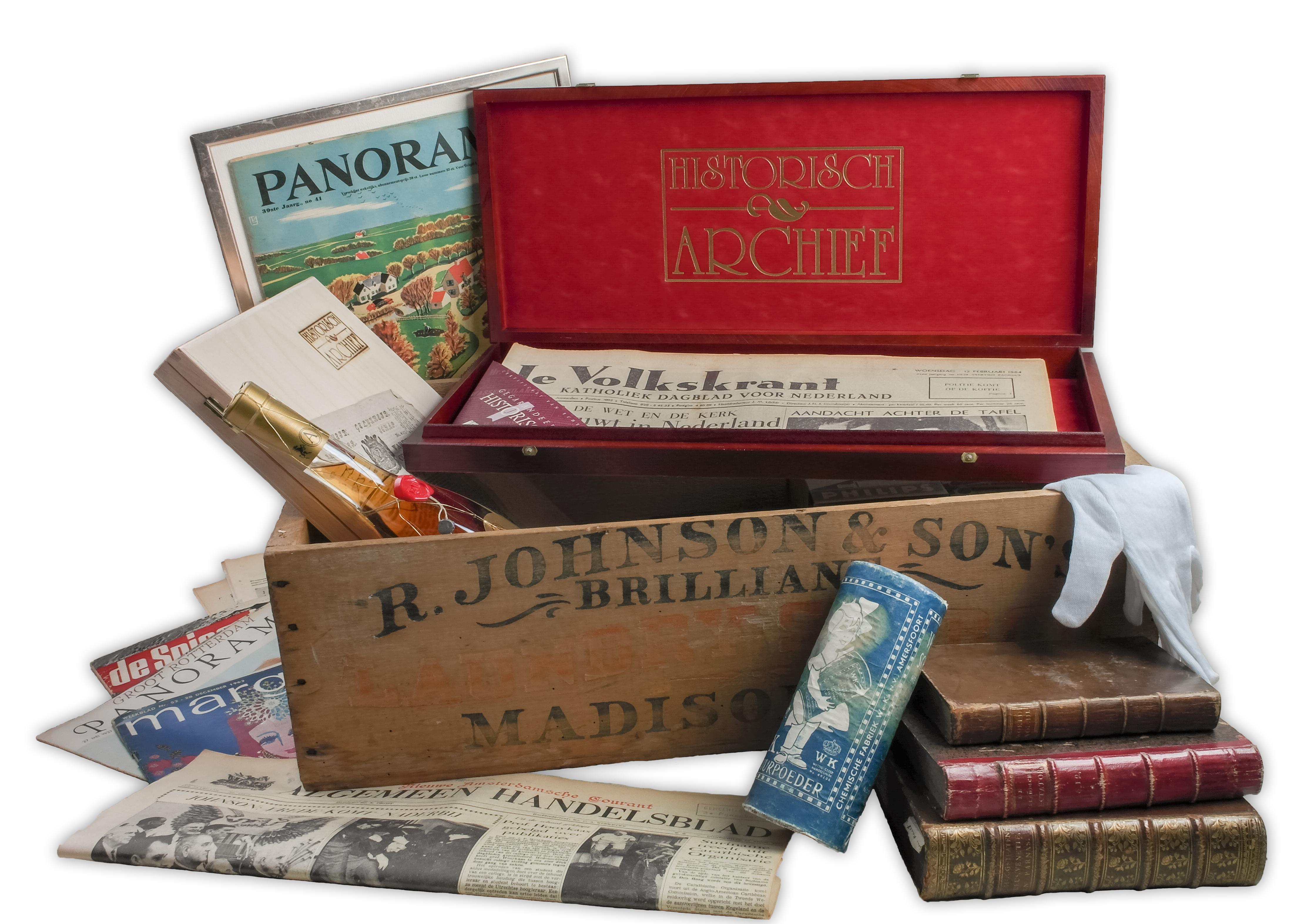 Een historische krant in een luxe houten verpakking van Krepel Cassettes